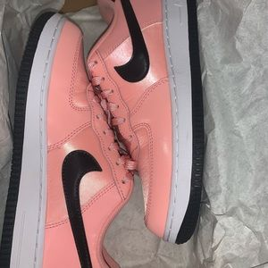 NIKE FORCE 1 VDAY BLEACHED CORAL / BLACK-WHITE